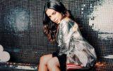 Anitta usando casaco brilhante clipe da Anitta