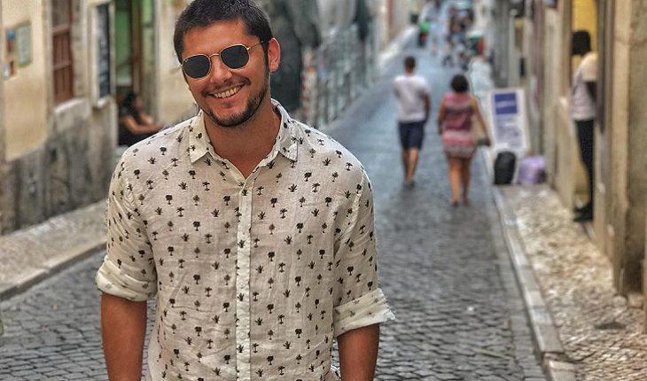 o ator bruno gissoni com camisa branca e detalhes pretos com óculos de sol  na rua 2f2ad6401a