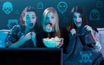 Amigas vendo filme de terror juntas