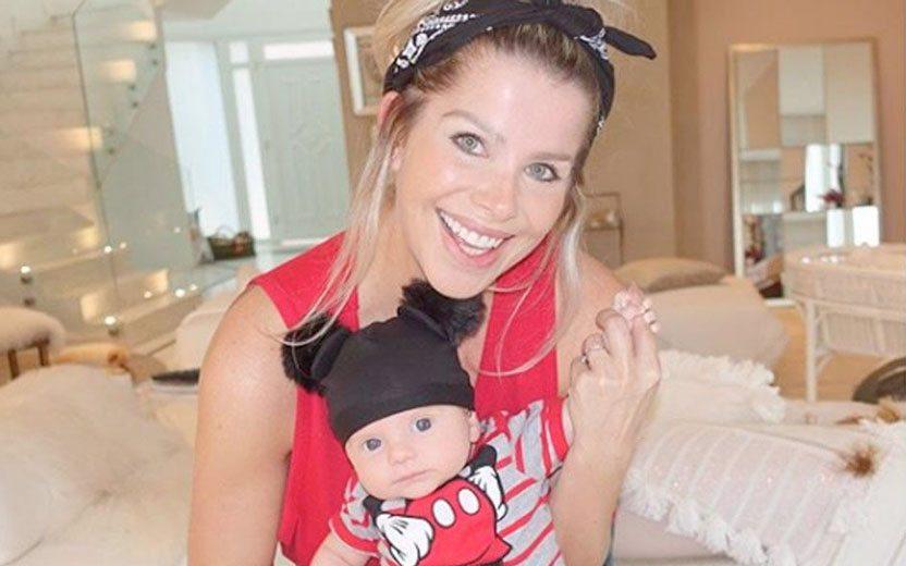 079780296292d Filho de Karina Bacchi veste touca do Mickey e exagera na fofura