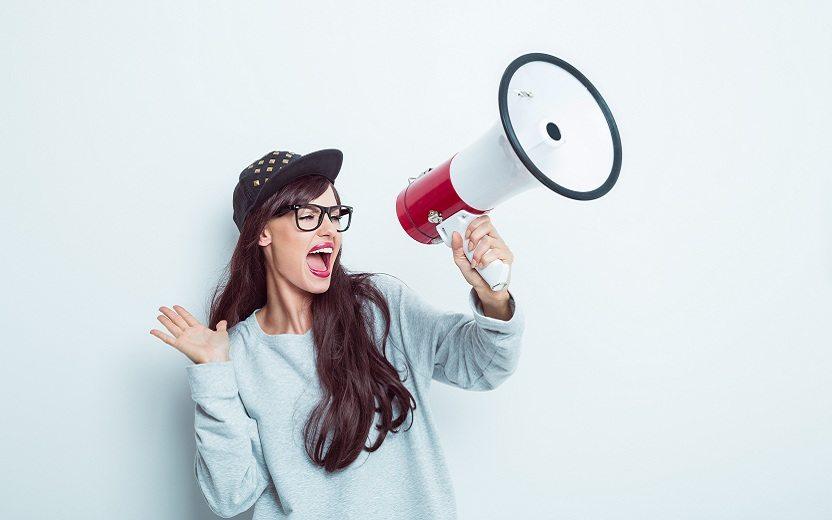 menina nerd-alto-falante