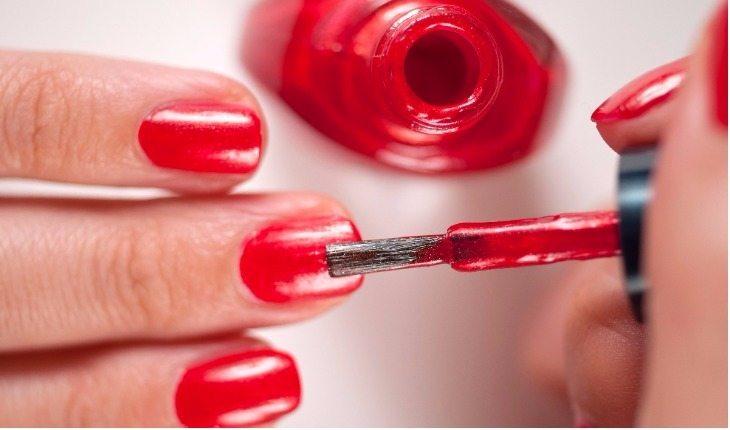 Pintando unhas de vermelho