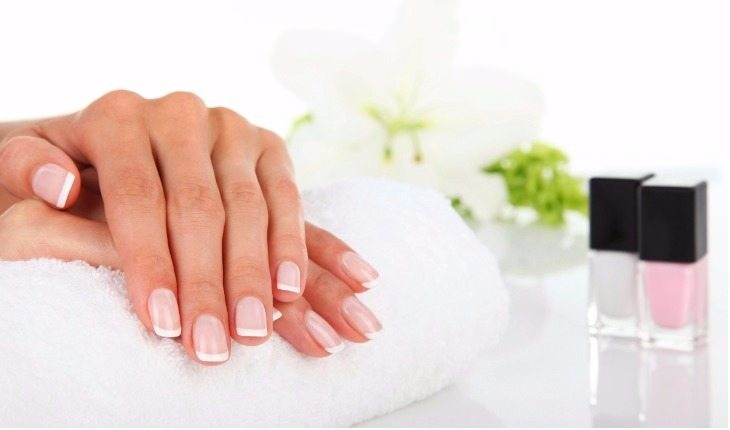 Mão com unhas bem cuidadas e limpas