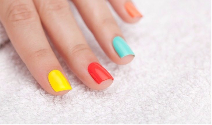 mão com unhas coloridas