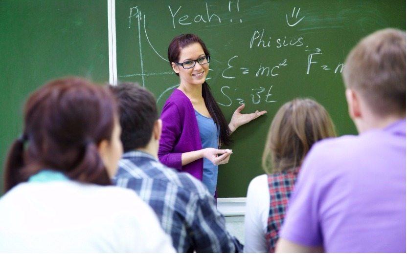 alunos durante a aula levando bronca de professora