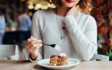 garota comilona comendo bolo