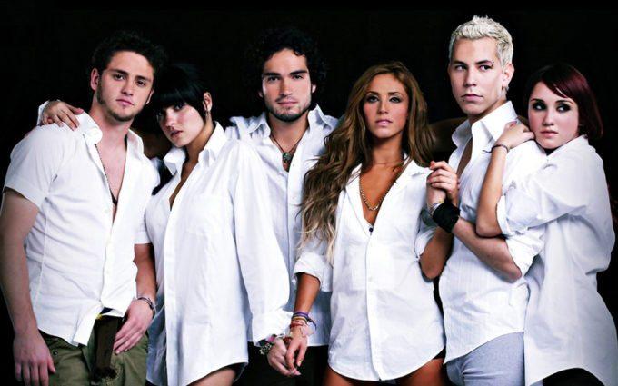 integrantes do RBD com camisas brancas