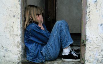ansiedade-menina-loira-triste