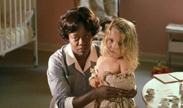 Moça cuidando de criança no filmes histórias cruzadas