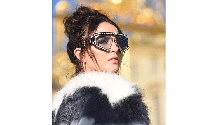 """6d9013ae54876 Confira a foto de Larissa Manoela com o óculos de """"metalúrgica"""" e mais  momentos dela em Paris"""