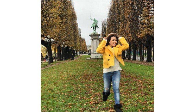 Larissa Manoela fotografa para sua linha de bolsas em Paris e ... 69d4dcd03d