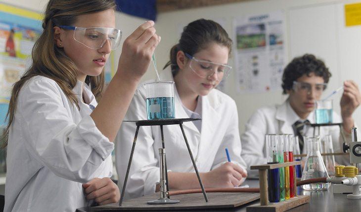 menina com soluções químicas