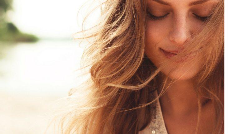 mulher-sorriso-loira