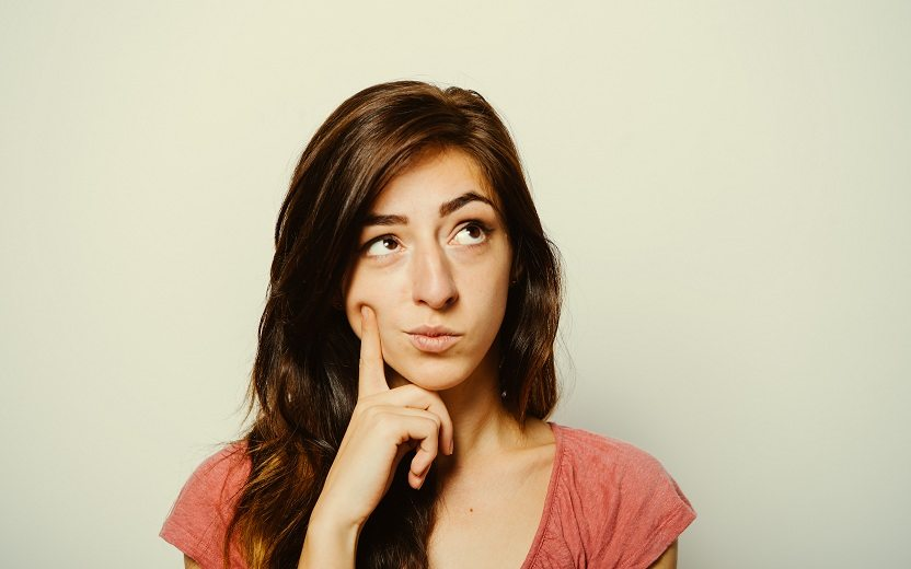 Menina pensando sobre odores do corpo