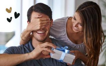menina entregando presente de Natal para o namorado