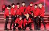 Cada membro do EXO no palco durante apresentação