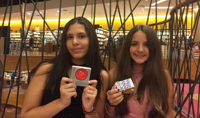 Luiza e Beatriz com os mimos para os youtubers nos bastidores do Festival todateen!