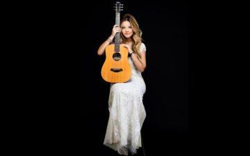 Blog da Júlia Gomes: Júlia de vestido branco, sentada, com violão no colo