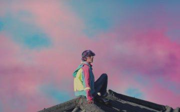 Erick Mafra sentado no telhado