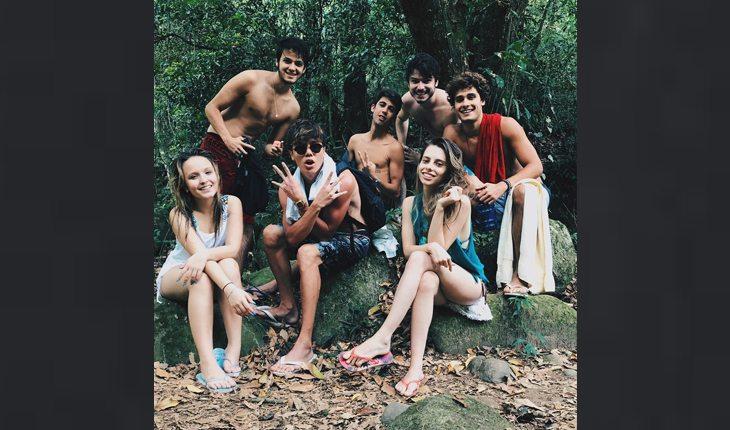 Leo Cidade, namorado de Larissa Manoela, Lari e amigos em meio à arvores