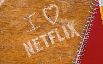 qual série representa você? Escrito eu amo netflix em uma mesa escolar em 2017
