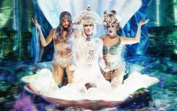 Aretuza Lovi e Pabllo Vittar e Gloria Groove simulando sereias em concha