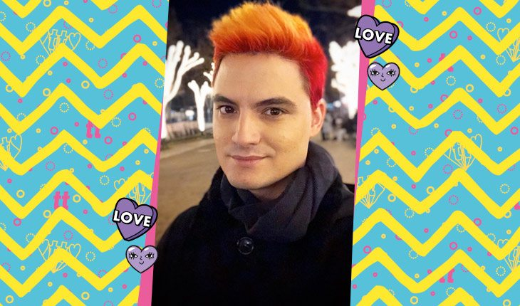 Felipe Neto de cabelo vermelho e laranja vestindo cachecol e olhando para frente