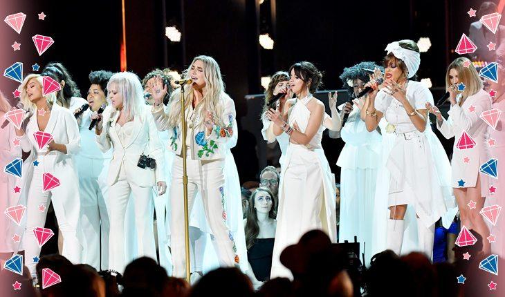 Kesha cantando ao lado de mulheres inspiradoras