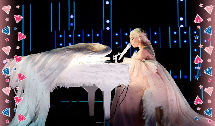 Lady Gaga cantando no palco