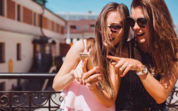 Meninas usando celular: mensagem de áudio no Whatsapp