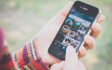 Menina usando Instagram. Print de Stories será notificado