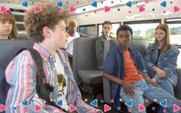 Elenco da série da Netflix em ônibus escolar