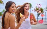 Meninas tomando cada uma um sabor de sorvete diferente