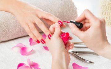 Moça tendo cuidado na hora de fazer as unhas para não tirar a cutícula