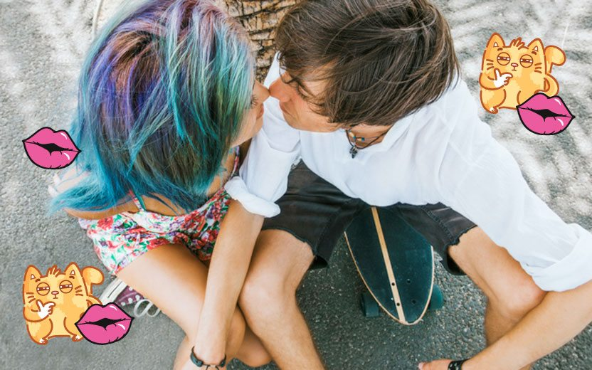 dar ruim no beijo: Casal de jovens prestes a se beijar. Ela tem cabelos coloridos e ele veste branco