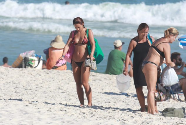 Yanna Lavigne na praia