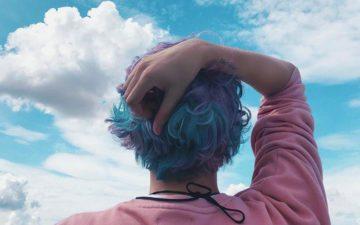 jeito fofo do Erick Mafra de encarar o mundo: Erick Mafra de costas olhando o céu
