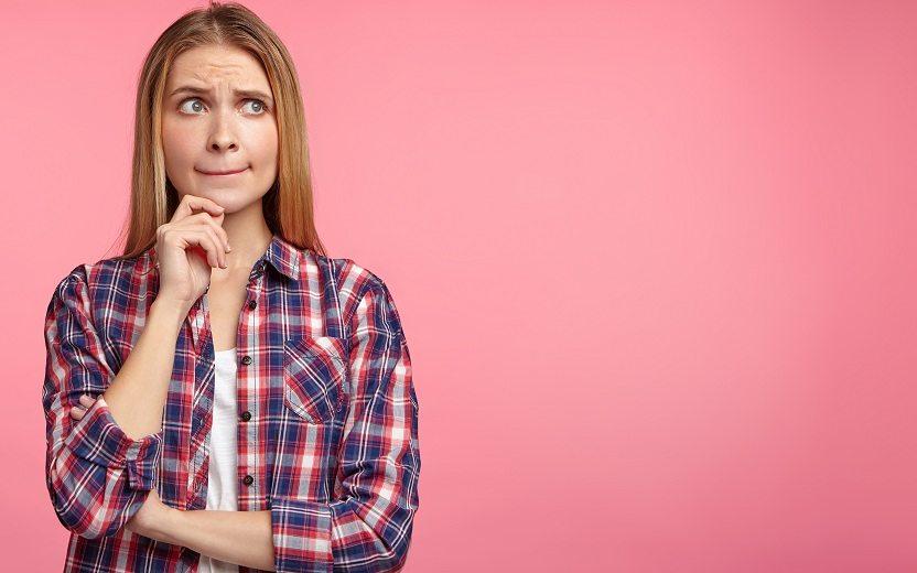 Menina pensando sobre vacina contra HPV