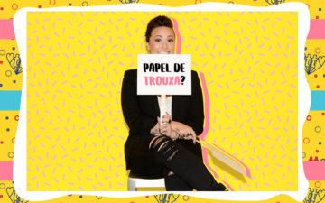 Demi Lovato com plaquinha de papel de trouxa oficial