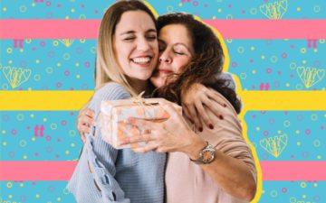 Mãe e filha se abraçando depois de entregar presente e cartão de Dia das Mães