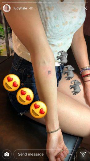 Lucy Hale faz nova tatuagem pequena e delicada; vem ver!