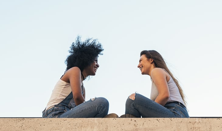 Amigas conversando sobre a amizade