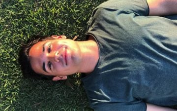 Bruno Gadiol deitado na grama