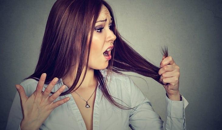 Menina com cabelo danificado por conta da química