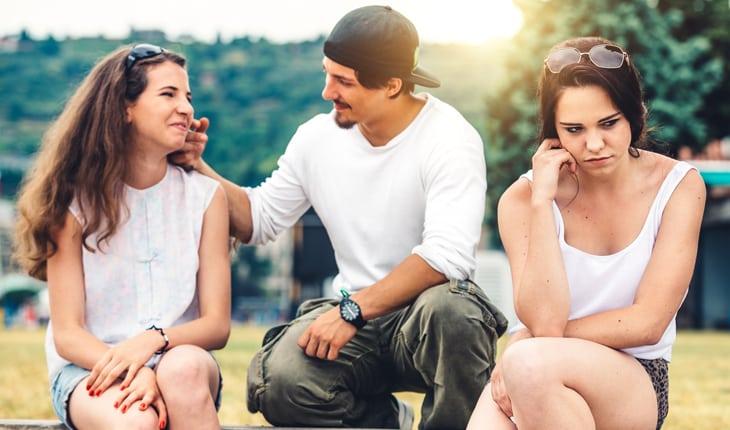 Garota ficando com o garoto em quem a amiga tem crush