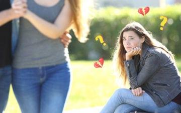 Menina a fim do crush da amiga olhando os dois saírem juntos