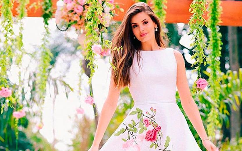 O vestido de noiva de Camila Queiroz para o casamento civil é lindo! Veja