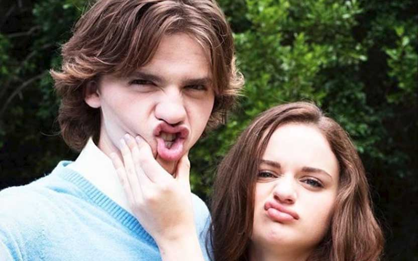 Joey King e Joel Courtney surgem super fofos (e falando português) em novo vídeo da Netflix