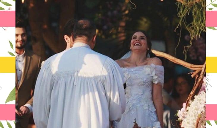 Noivos durante a cerimônia, com Camila Queiroz rindo