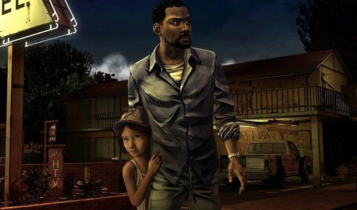 Lee protegendo Clementine e olhando para o lado